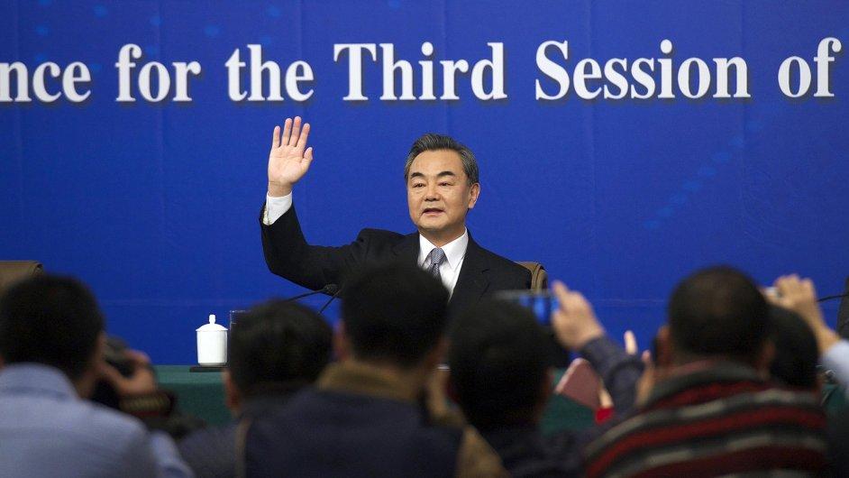 Čínský ministr zahraničí Wang I obhajoval kontroverzní politiku kolem výstavby v Jihočínském moři.