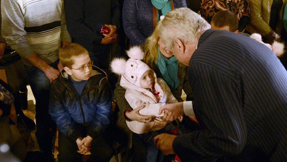 Do Prahy přiletělo dalších 35 krajanů z Ukrajiny. Na letišti je vítal prezident Miloš Zeman
