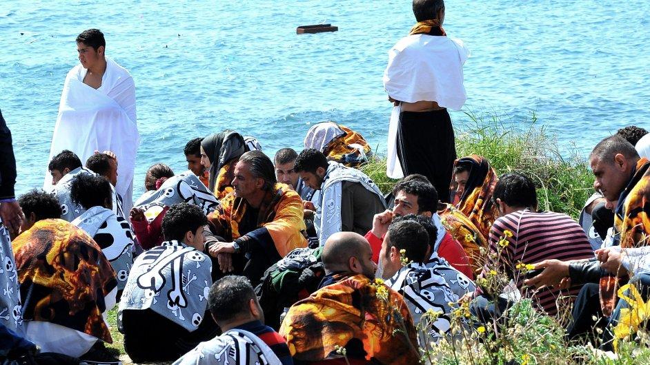 Přeživší migranti na řeckém ostrově Rhodos.
