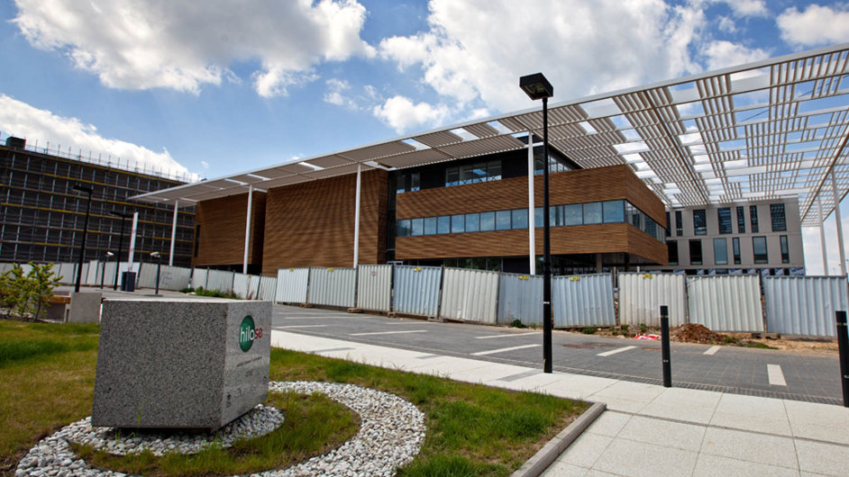 Stavbu ELI navrhla renomovaná britská kancelář Bogle Architects. V ELI se dokončuje mohutné zázemí pro nejvýkonnější lasery světa.