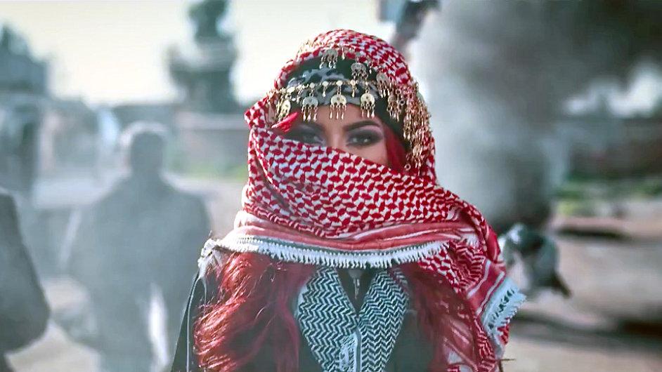 Záběr na zpěvačku Helly Luv z klipu Revolution