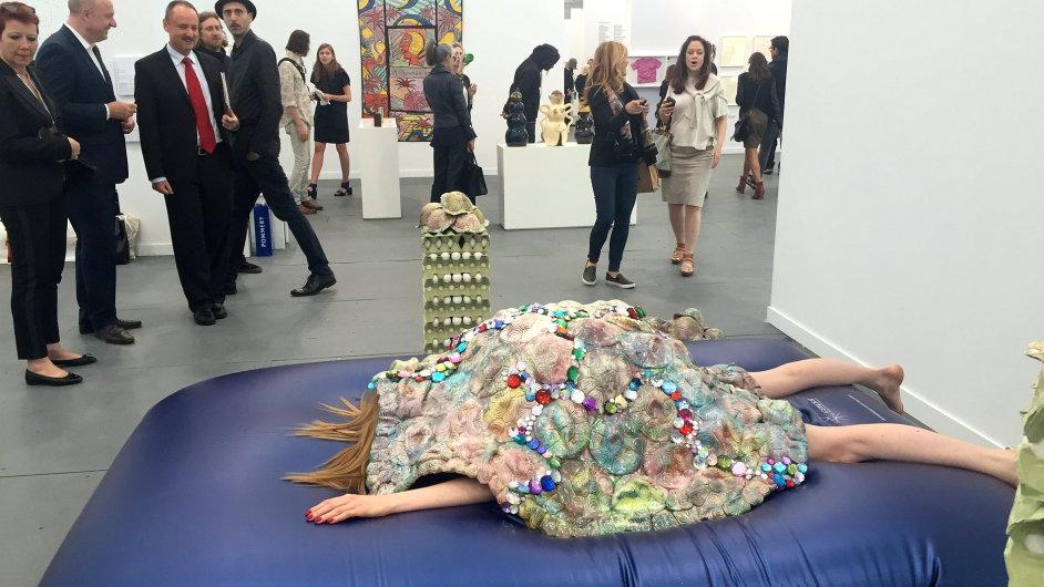Umělkyně Kris Lemsalu vtělená do obří želvy na veletrhu Frieze.