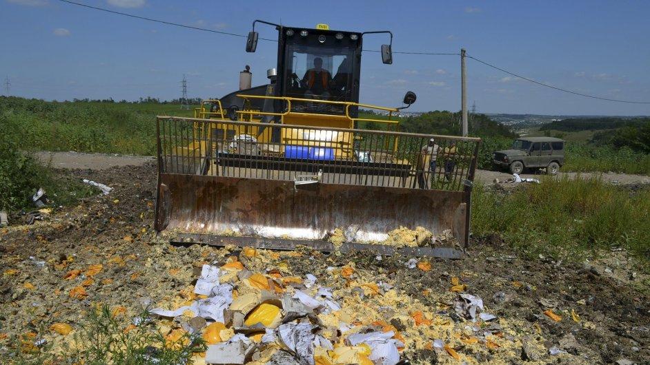 Buldozer ničící nelegálně dovezené evropské potraviny.