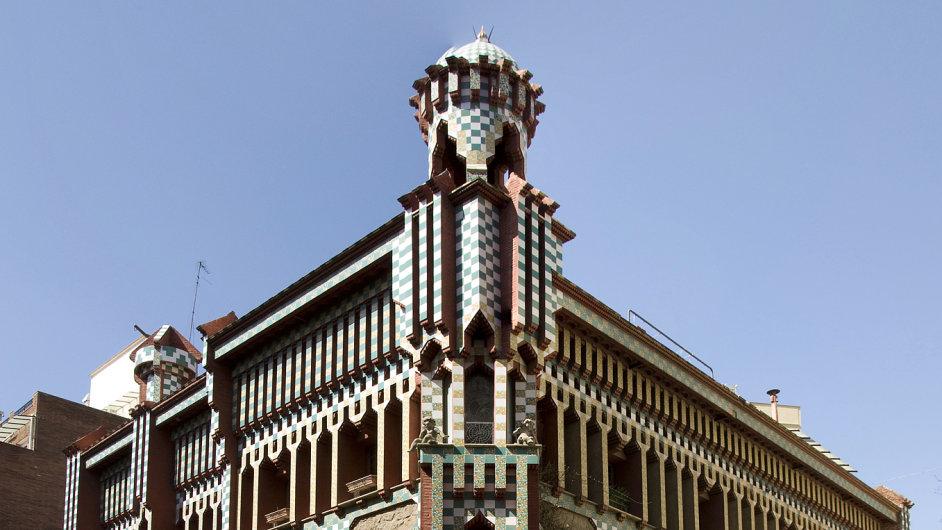 Pohled na Gaudího budovu Casa Vicens v Barceloně.