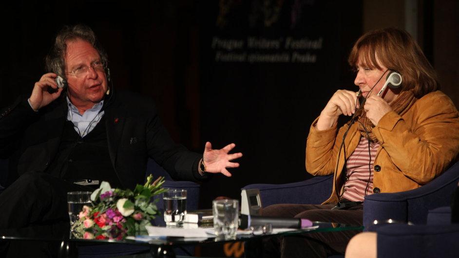 Světlana Alexijevičová při debatě s prezidentem Festivalu spisovatelů Praha Michaelem Marchem.