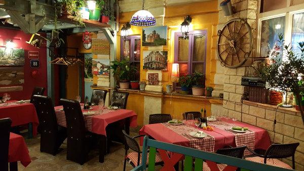 """Vizuálně působivá balkánská restaurace Luka Lu představuje """"jugoslávské"""" malíře či fotografy, skvělá vína zBalkánu iřadu národních specialit."""