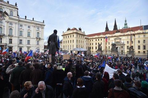 Hlavn� demonstrace proti isl�mu prob�hla na Hrad�ansk�m n�m�st�.