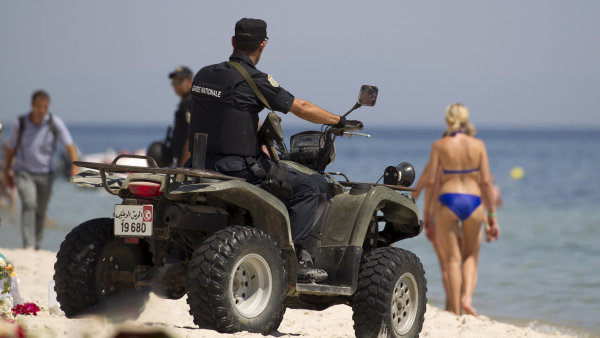 Policista na pláži v blízkosti tuniského letoviska Súsa, kde loni v červnu zabil útočník 39 turistů.