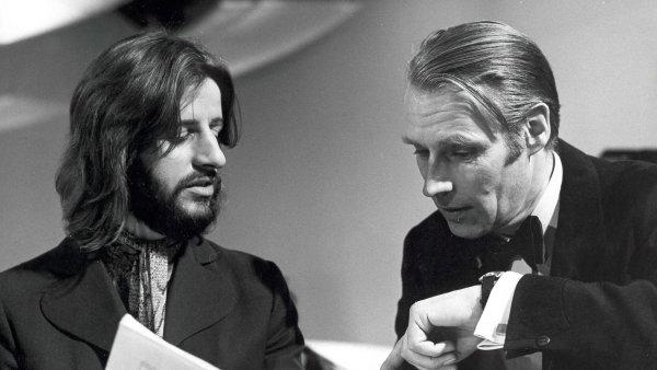 Ve věku 90 let zemřel producent skupiny Beatles George Martin (vpravo na archivním snímku ze 60. let).