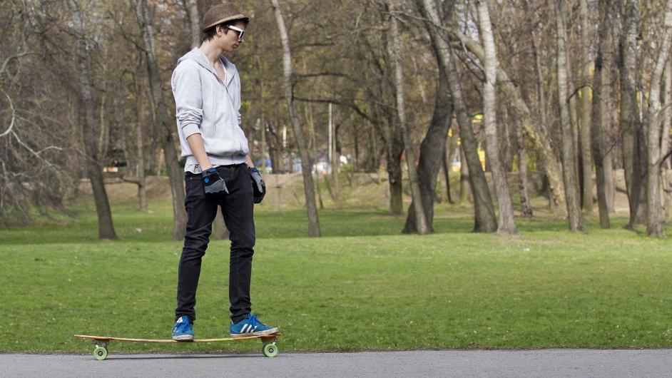 Dříve byly skateboardy spíše volnočasovou aktivitou, dnes jsou jednou z možností, jak se rychle přepravit po městě. - Ilustrační foto.