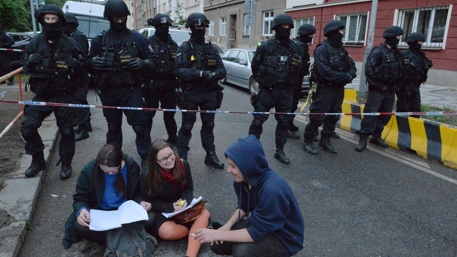 Policie zasahovala na pražském Žižkově. Anonym nahlásil bombu v centru Klinika.