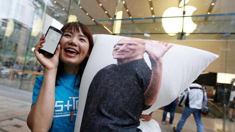 Do fronty na nový iPhone přišel i Steve Jobs.