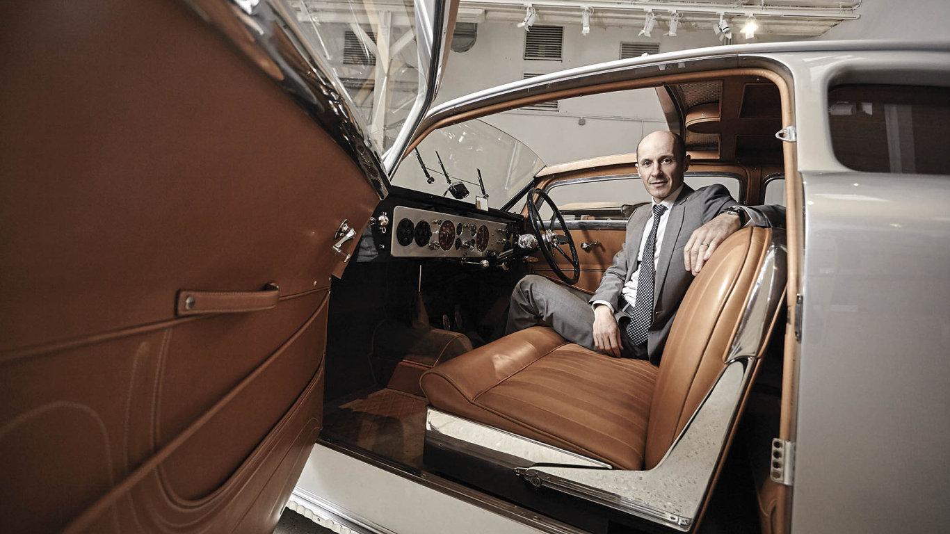 Ředitel ateliérů Hermes Sur-Mesure Francois Doré má nejraději renovovaný vůz značky Avion-Voisin zroku 1936.