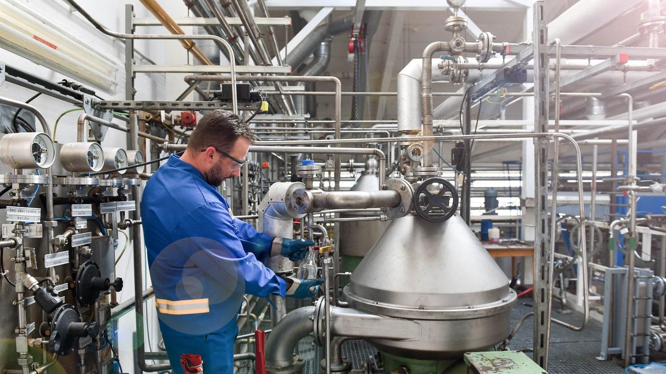 Z kafilerií přivezou tuk, odvezou biopalivo: Zhruba 12 kamionů přiveze denně z kafilerií do liberecké továrny Oleo Chemical živočišný tuk. Z jedné tuny tady vyrobí 900 kilogramů bionafty....