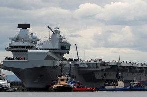 Nová britská letadlová loď vyráží na moře, je největším královským válečným plavidlem