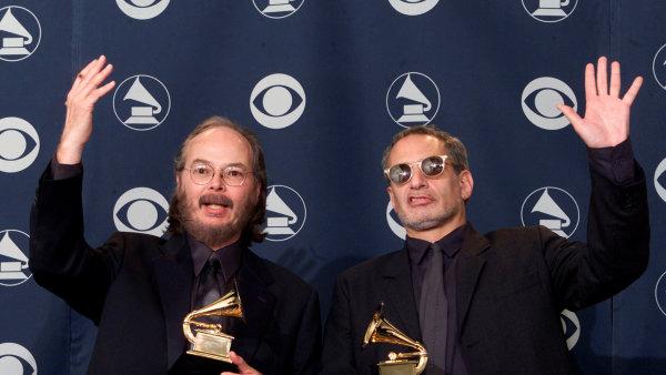 Walter Becker (vlevo) a Donald Fagen alias Steely Dan roku 2001 přebírají cenu Grammy za nejlepší album roku.