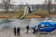 Praha podala trestní oznámení na neznámého pachatele kvůli zřícené lávce v Troji. Náhradní dopravu přes řeku zajistí člun