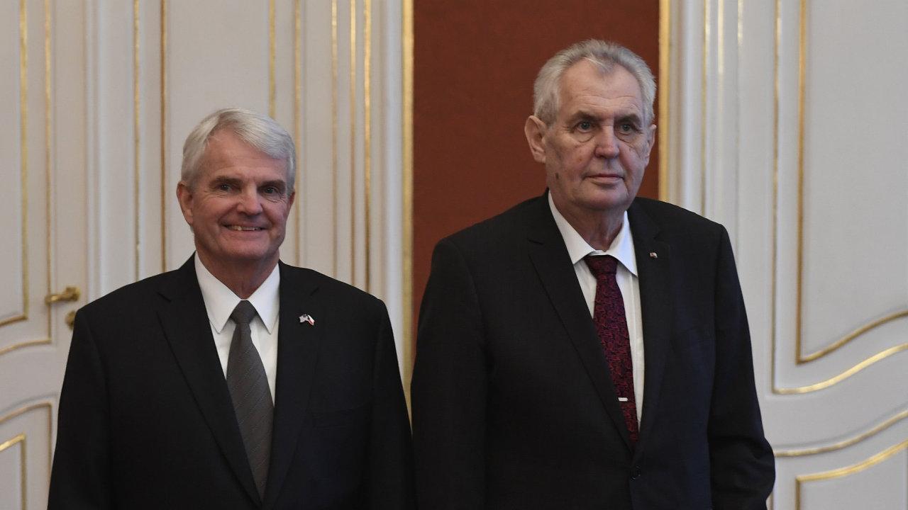 Prezident Miloš Zeman (vpravo) přijal 6. prosince v Praze pověřovací listiny od nového mimořádného a zplnomocněného velvyslance Spojených států amerických Stephena Kinga.