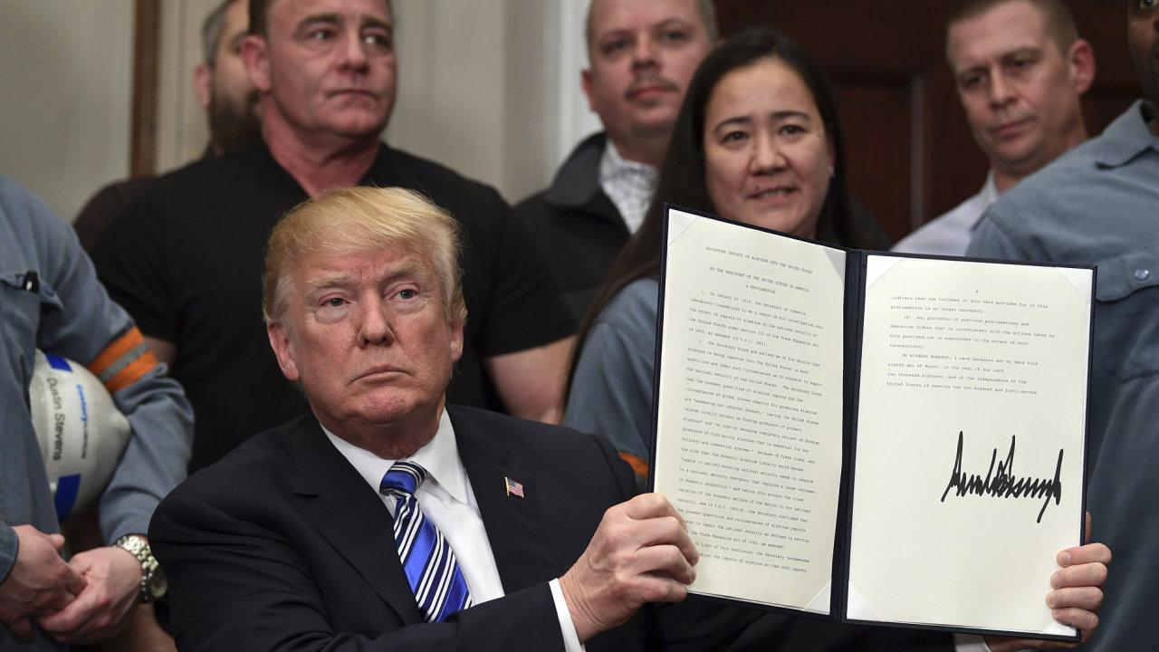 Americký prezident Donald Trump podepsal výnos na zavedení dovozního cla na hliník a ocel.