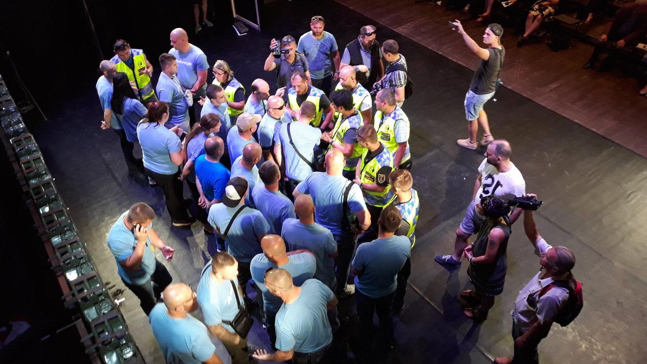 Členové hnutí Slušní lidé narušili představení, vyvedla je policie.