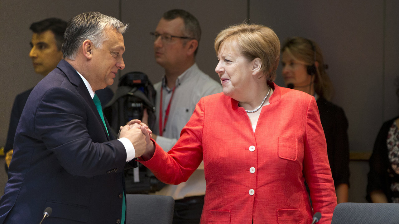 Maďarský premiér Viktor Orbán a německá kancléřka Angela Merkelová na schůzce evropských lídrů v Bruselu.
