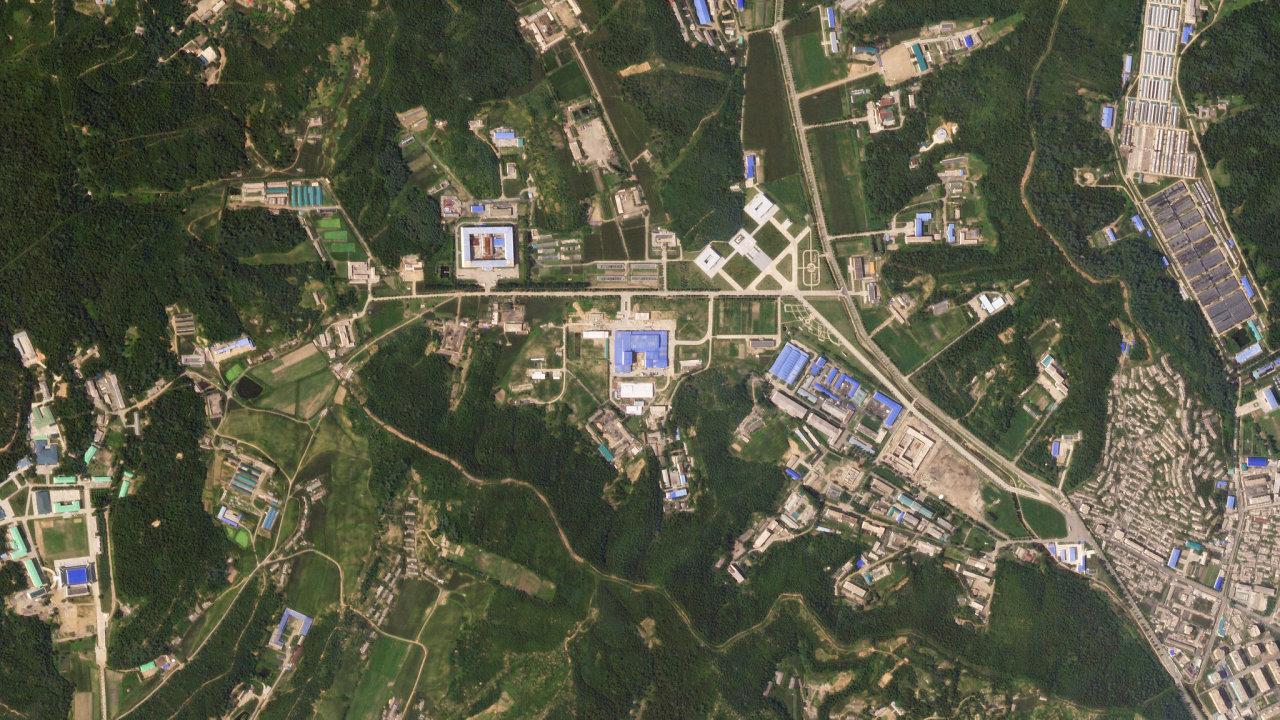 Severokorejská základna Sanumtong je podle jaderných expertů v provozu. Prozradil ji pohyb nákladních automobilů.