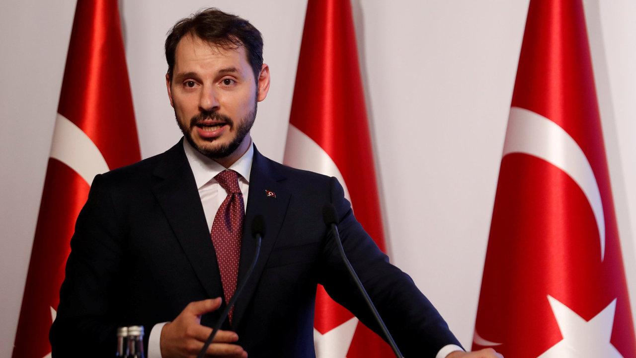 Turecký ministr financí Berat Albayrak při konferenčním hovoru s tisíci investory a ekonomy.