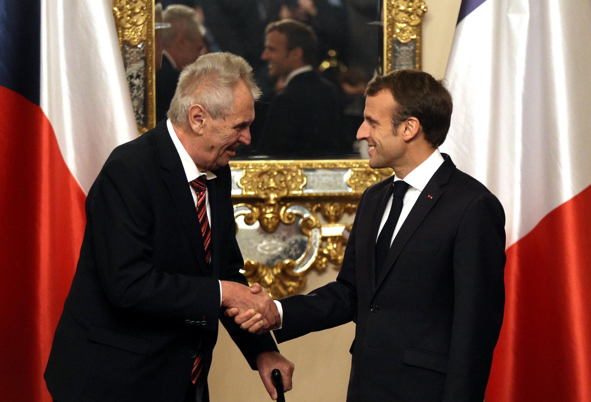 Český prezident Miloš Zeman se svým francouzským protějškem Emmanuelem Macronem.