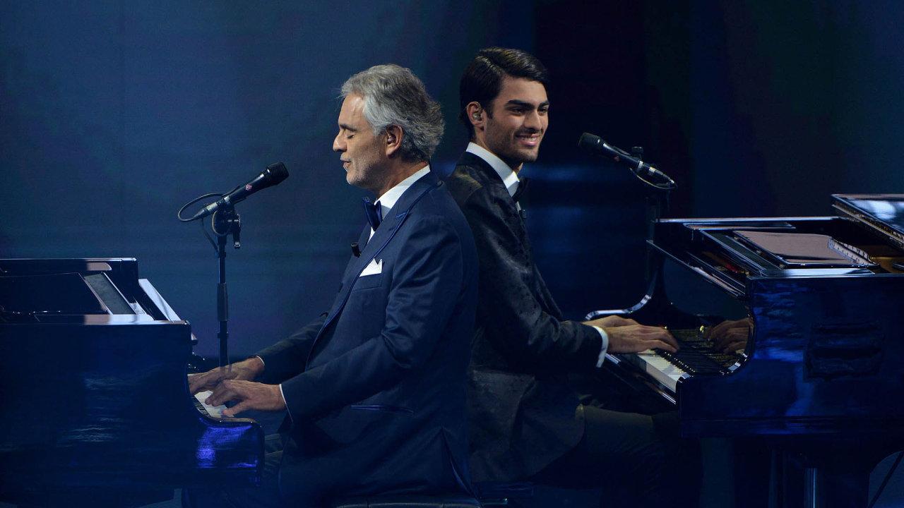 Nevidomý italský tenorista Andrea Bocelli nedávno vydal album Sí, své v pořadí šestnácté studiové, avšak první s původními písněmi po 14 letech. Zpívá na něm také se svým synem Matteem (na snímku).