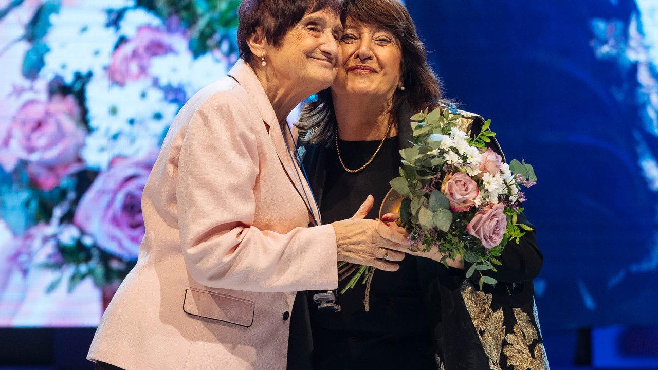 Dámy s velkým D: Mikrobioložka Blanka Říhová uvedla do síně slávy ředitelku Nadace Charty 77 Boženu Jirků.