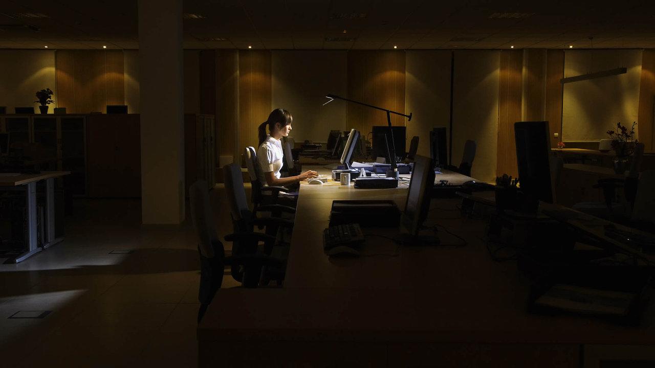 Lidí, kteří zůstávají v práci dlouho do noci, ubývá (ilustrační snímek).