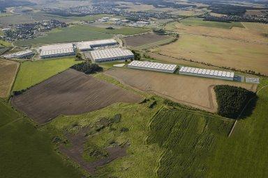 Vizualizace logistického parku Pilsen West, kde budou pod jednou střechou spolupracovat dvě výrobní firmy.