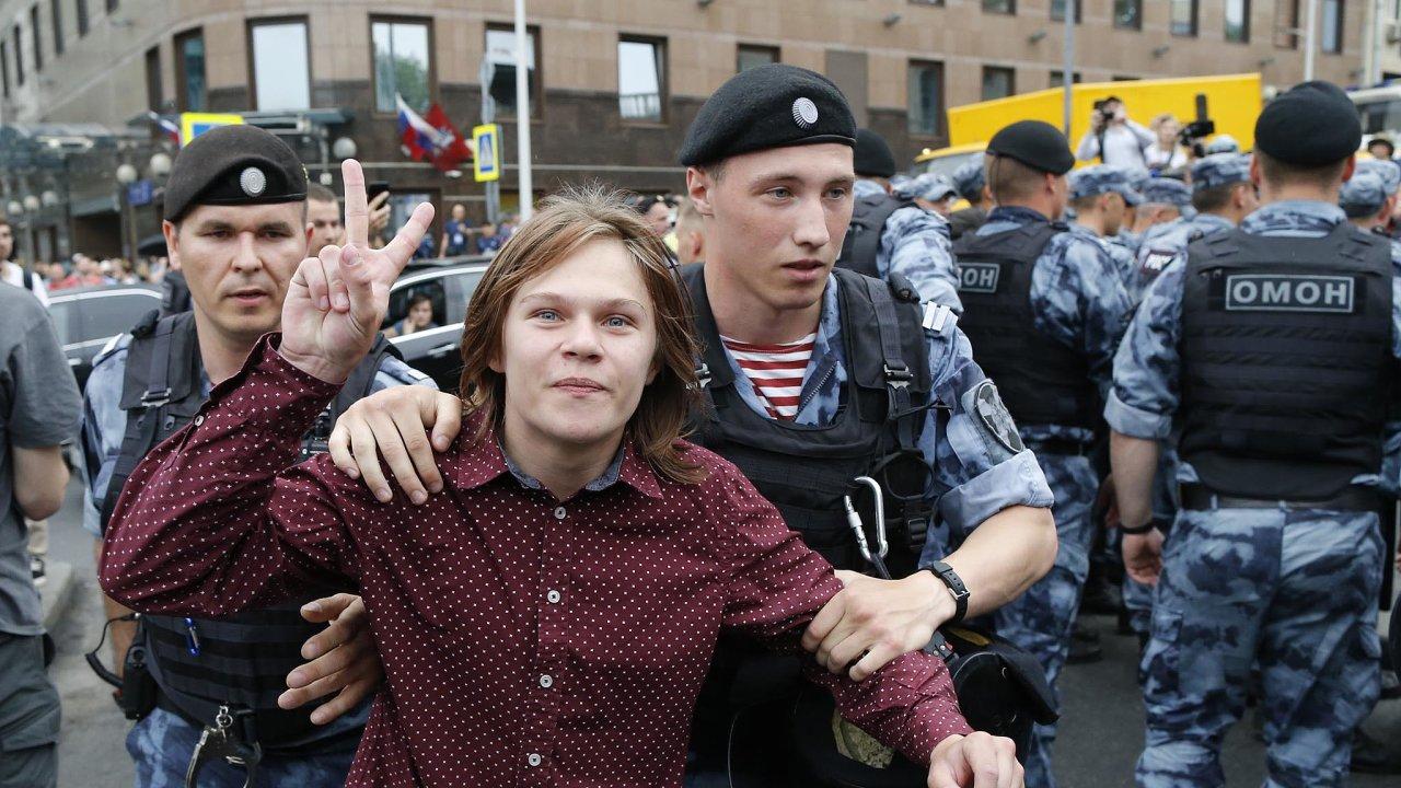 Rusové demonstrovali kvůli zadržení novináře Ivana Golunova.
