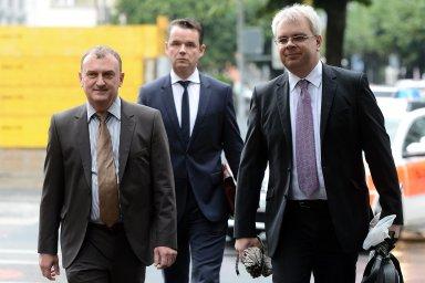 Antonín Koláček (vlevo) obžalovaný v kauze Mostecké uhelné společnosti přichází 10. října 2013 k soudu ve švýcarské Bellinzoně.