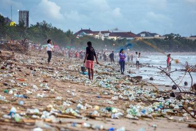 Plastová pohroma: Plastový odpad vyvržený zmoře zamořuje pobřeží, včetně turistických pláží.