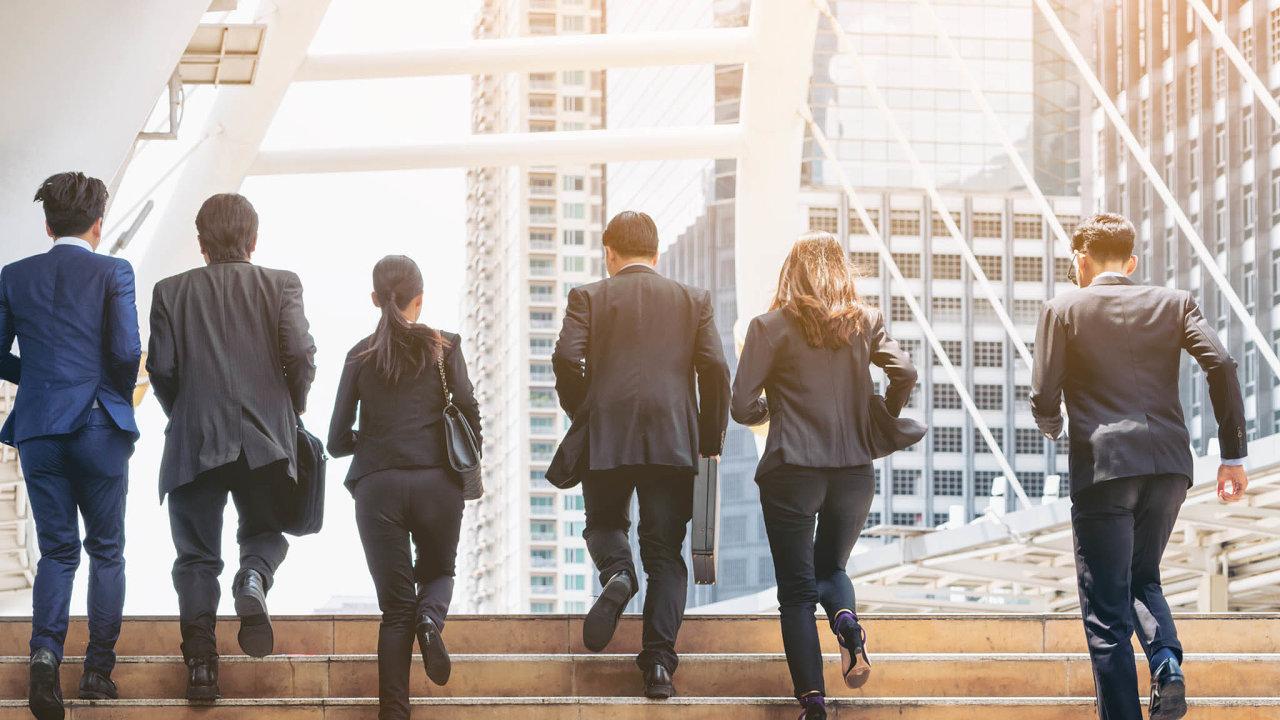 Rychleji apružněji: Místo oddělení smanažery a řediteli vznikají menší týmy, zaměřené na konkrétní produkty. Vedle sebe pracují lidé zIT, právního, marketingu, vývoje, zákaznické podpory atd.
