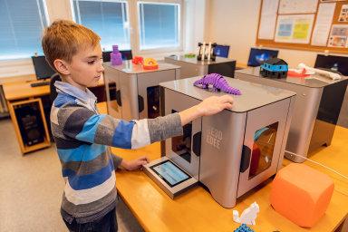 Y Soft vytvořil 3D tiskárnu, která vypadá jako mikrovlnka. Takový přístroj se dá postavit na chodbu, student se k němu dostane pomocí čipové karty, takže učitelé vědí, kdo i co tiskne.