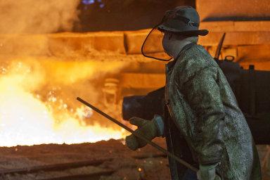 Různé tváře ocelářského byznysu. Třinecké železárny letos snížily výrobní plán ahledají cesty, jak od tradičních pecí přejít kziskovějším provozům.