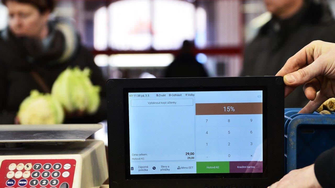 Vkvětnu začne elektronická evidence tržeb platit pro všechny profese aživnostníky, kteří přijímají hotové peníze.