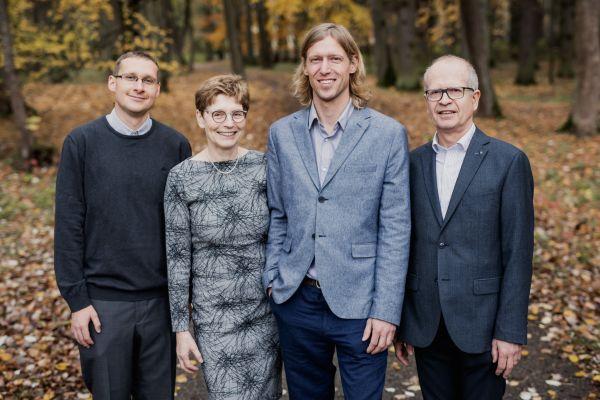 Manželé Hana a Dalimil Dvořákovi české nadějné vědce podporují už sedm let přes svou Nadaci Experientia. Na snímku jsou s dvěma stipendisty, Lukášem Maierem (vlevo) a Ondřejem Baszczyňskim.