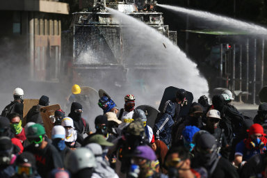 Násilí vulicích. Agresivita chilských demonstrací je nečekaná, násilný charakter protestů nezmizel ani pozásahu policie aarmády.