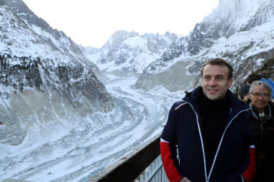 Francouzský prezident Emanuel Macron u ledovce Mer de Glace.