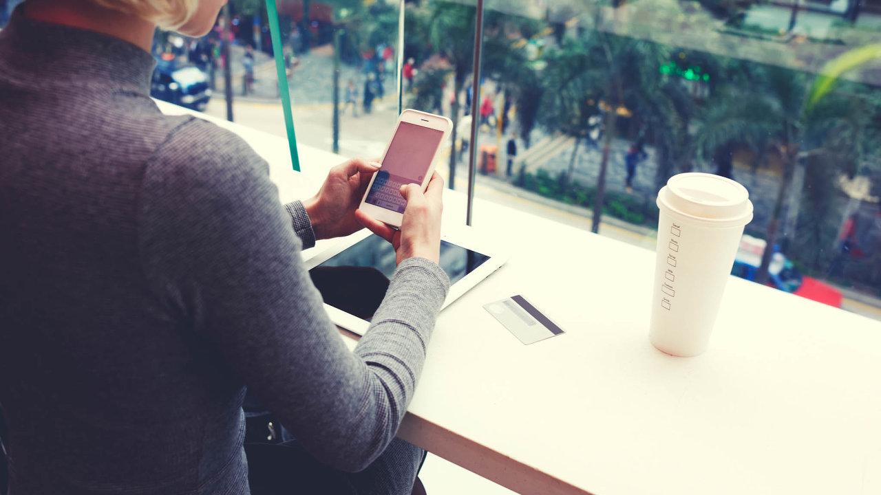 Posláno! Převést peníze z účtu na účet díky okamžitým platbám trvá od potvrzení v počítači či mobilu desetiny sekundy. Do dvou vteřin je to v 99 procentech případů.