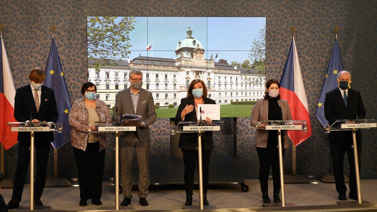 Tisková konference vlády: Zleva - ministři a ministryně Adam Vojtěch, Marie Benešová, Karel Havlíček, Alena Schillerová, Jana Maláčová aepidemiolog Roman Prymula.
