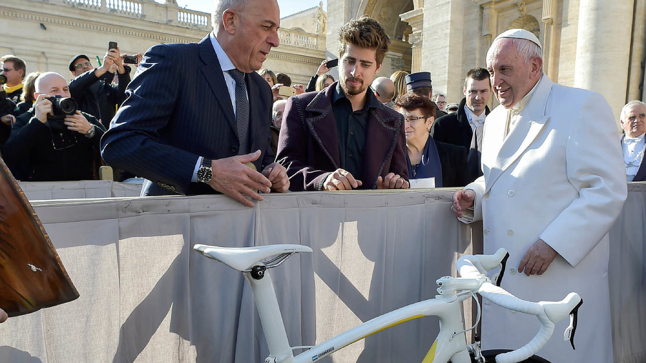 Třicetiletý Sagan, nejlépe placený cyklista světa, se spapežem osobně setkal vlednu 2018.