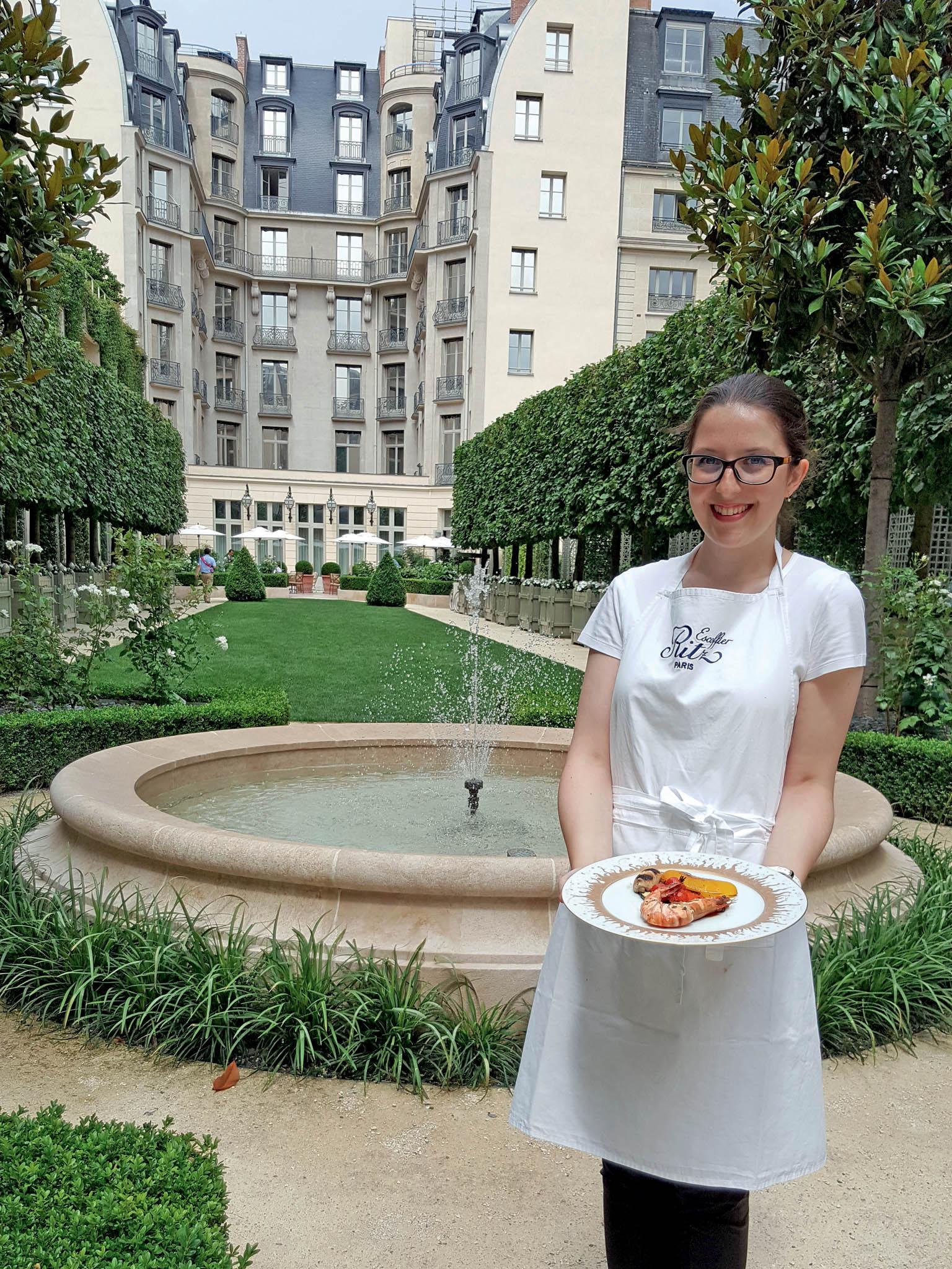 Autorka se svým prvním výtvorem na kulinářském kurzu Hotelu Ritz. Už na podzim chystá slavná škola École Ritz Escoffier nové termíny a témata kurzů – ať už půjde o zvěřinu nebo vánoční přípravy foie gras.