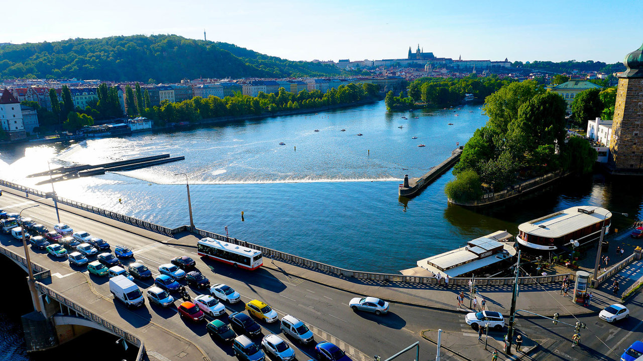 Pod náporem čtyř kol. Praha chce zavedením mýta odradit část řidičů odcesty dostředu města. Vsoučasnosti doširšího centra přijede denně na250 tisíc aut.