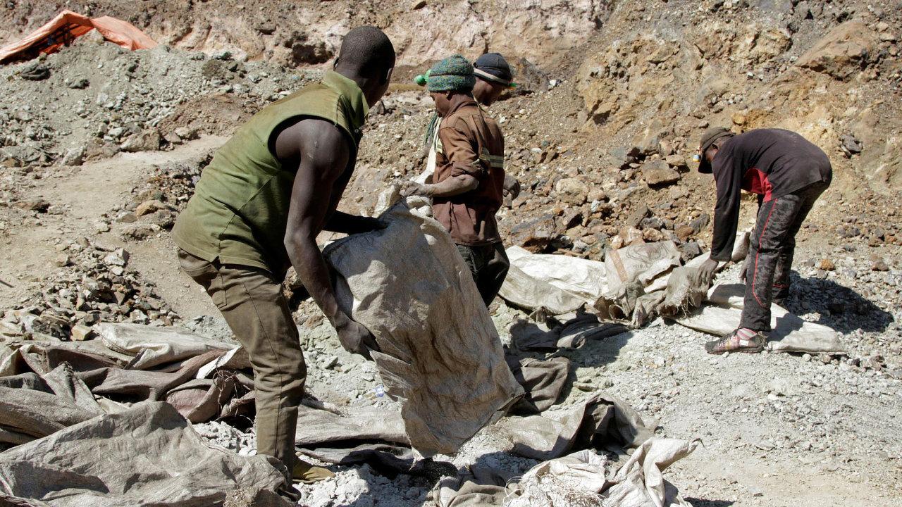 Drsná těžba: Zhruba čtvrtina kobaltu se získává ručně vmalých dolech. Zavelice špatných podmínek tam pracuje 200 tisíc dělníků. Záběr je zjihokonžské provincie Lualaba.