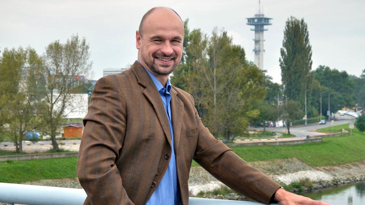 Já si vás koupím. Martin Kolovratník (ANO) bojuje ovoliče pomocí slibů, že poskytne jednorázový příspěvek nanákup elektrokol.
