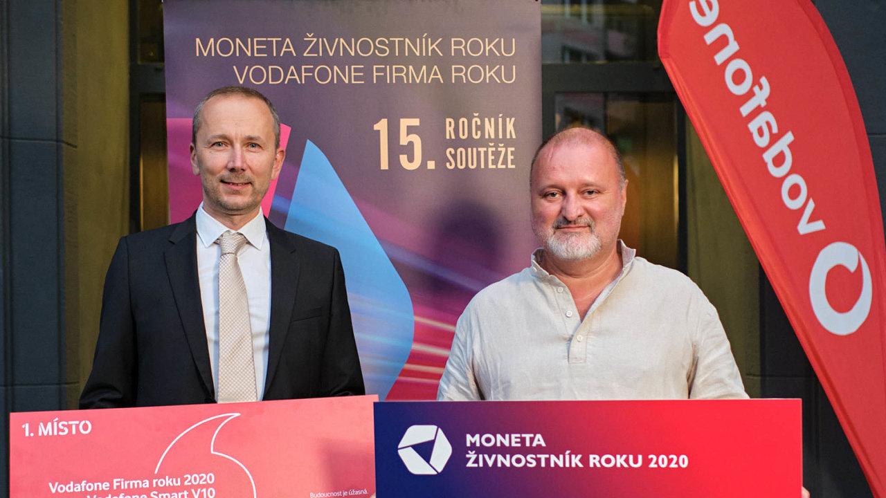 Vítězové v Libereckém kraji: cenu pro Vodafone Firmu roku převzal jednatel společnosti Titan-Multiplast Lukáš Horn (vlevo). Titul Moneta Živnostník roku získal sklář Jiří Haidl.
